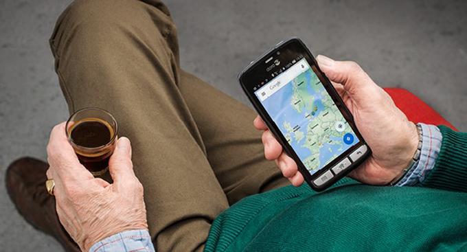Elder man holding a Doro smartphone